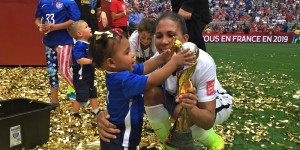Shannon Boxx celebrates her World Cup win with her daughter (via @FightingIrish)